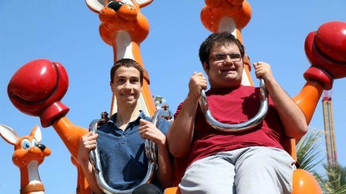 Engelli Çocukların Lunapark Keyfi