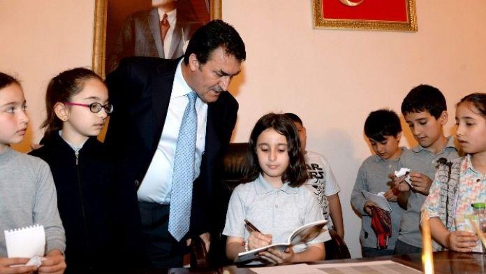 Başkan Dündar, Koltuğunu Çocuklara Bıraktı