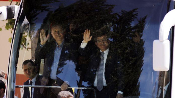 Erdoğan ve Davutoğlu tezahüratlarla karşılandı.