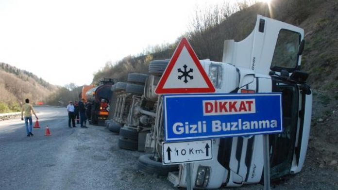 Devrilen tankerin sürücüsü yaralandı