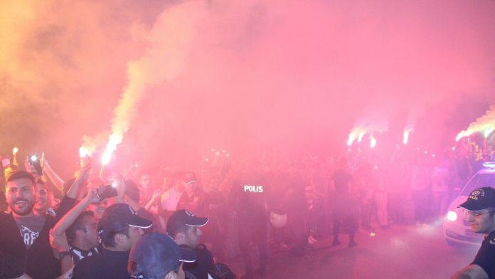 Lider Beşiktaş'a coşkulu karşılama