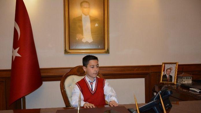 Malatya Valisi'nin Koltuğuna Oturan Öğrenci Çocuk Kaçırma Olaylarını Sordu