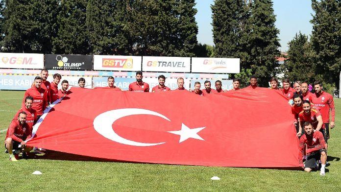 Galatasaraylı futbolculardan 23 Nisan pozu