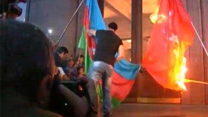 Türkiye bayrakları yakıldı