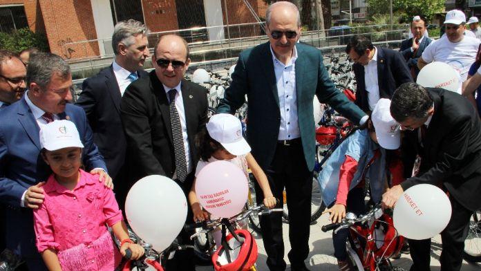 Kurtulmuş çocuklara bisiklet dağıttı