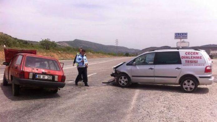 Gölbaşı'nda iki otomobil çarpıştı: 5 yaralı