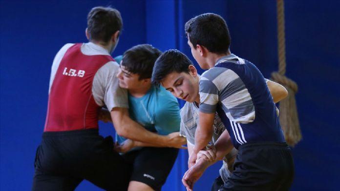 Gürcü antrenör, geleceğin şampiyon güreşçilerini yetiştiriyor