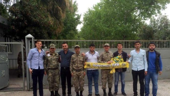 Gençlerden Askere Çiçek Ve Tatlı