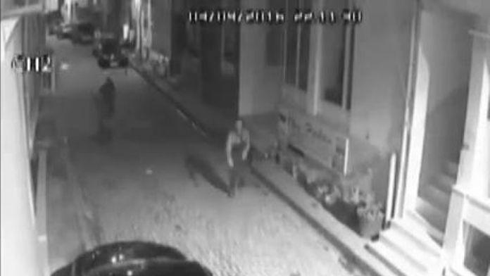 Polisi Görünce Ellerindeki Uyuşturucuları Atıp Kaçtılar