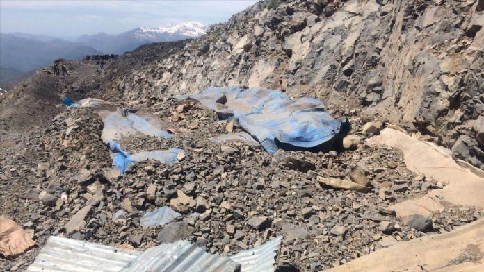 Teröristlerin kullandığı dört odalı mağara imha edildi