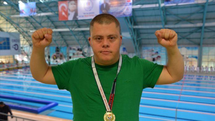 Boğaz'ın özel yüzücüsü madalyaya doymuyor