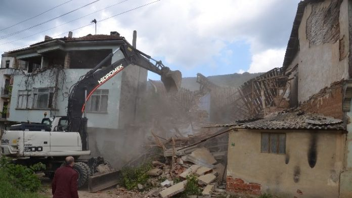 Kumla'da Metruk Binalar Yıkılıyor