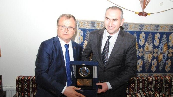 Çay Ticaret Ve Sanayi Odasından, Tosyöv Başkan Yardımcısı İhsan Beşer'e Plaket