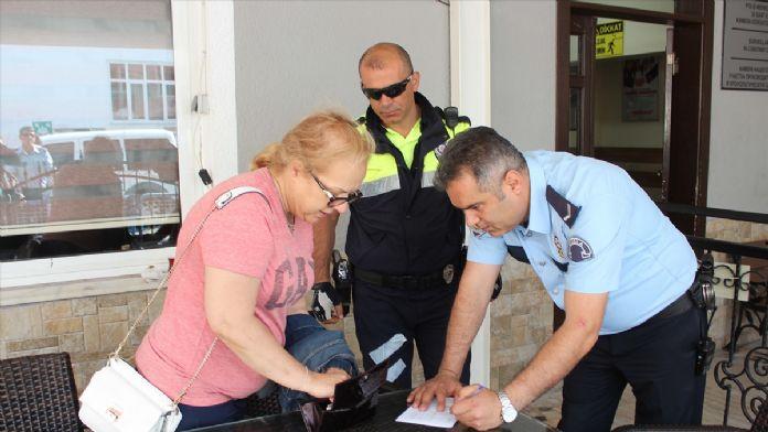 Polis yolda bulduğu cüzdanı sahibine teslim etti
