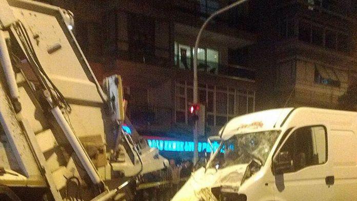 Minibüs çöp kamyonuna çarptı: 2 ölü