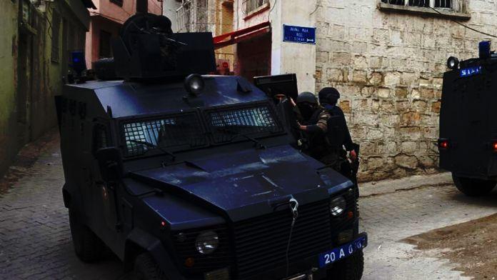 Zırhlı araca bombalı saldırı: 3 polis yaralandı