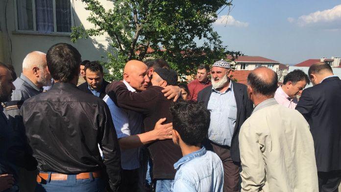 Şehit babası polislere sarıldı