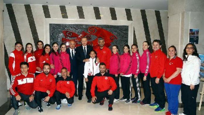 Erdoğan, A Milli Bayan Karate ve Bucaspor Futbol Kulübü oyuncularıyla fotoğraf çektirdi