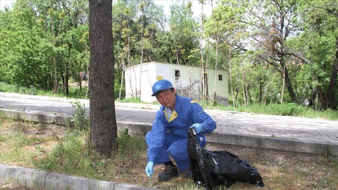 Japon yöneticiler işçilerle mescit çevresini temizledi