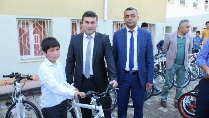 Düziçi'nde Öğrencilere Bisiklet Dağıtıldı