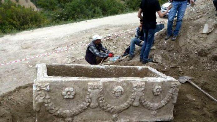 Salihli'de Roma dönemine ait lahit mezar bulundu