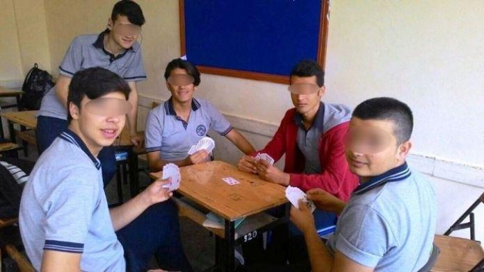 Sınıfta Kağıt Oynayıp Facebook Hesaplarından Paylaştılar