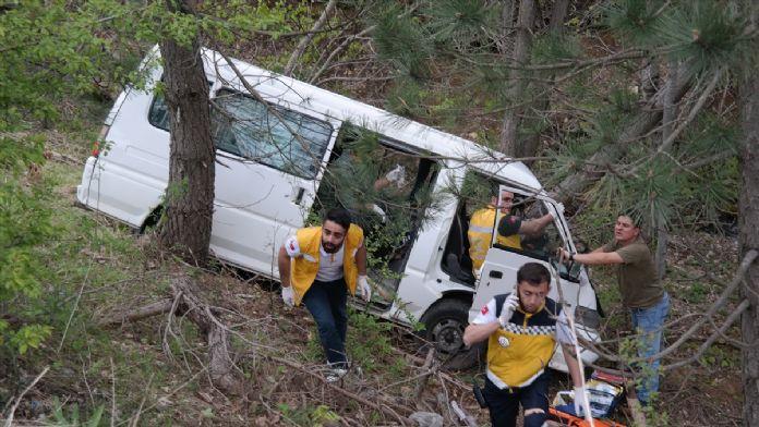 Ağaçlara çarpan minibüste sıkışan sürücü kurtarıldı