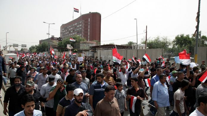 Irak'ta parlamento binasını bastılar