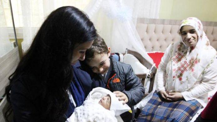 Ak Partili Karaaslan'dan şehidin dünyaya gelen oğluna ziyaret
