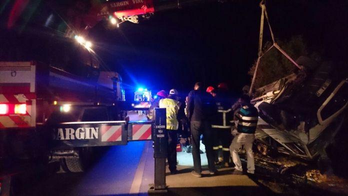 Minibüs takla attı: 1 ölü, 18 yaralı