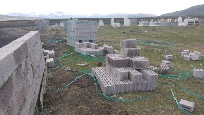 Çıldır'da Mezarlık İhtiyat Duvarı Tamamlandı
