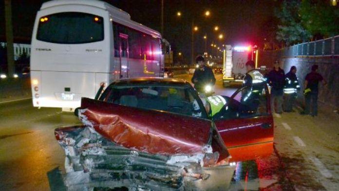 Duvara çarpan otomobilin sürücüsü yaralandı