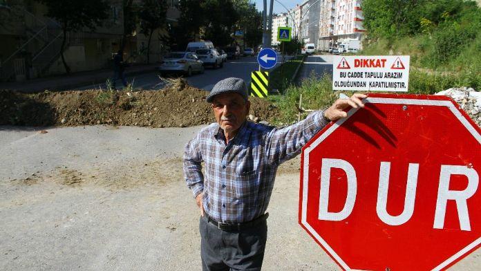 'Tapulu arazim' diyerek caddeyi kapattı