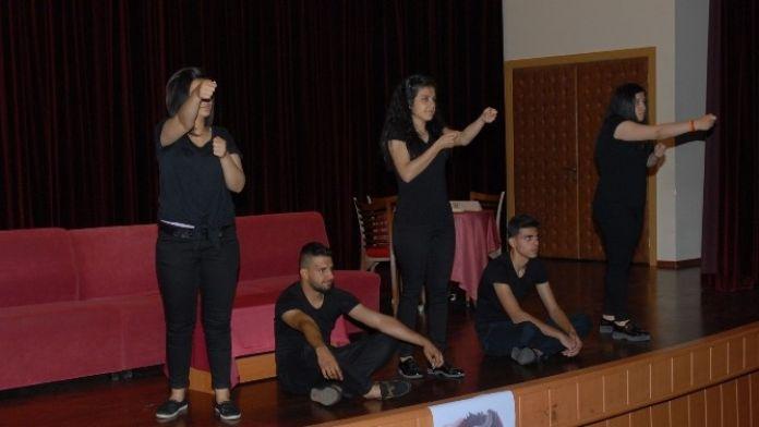 MEÜ'nün İşitme Engelli Öğrencileri Tiyatro Oyunu Sahneledi