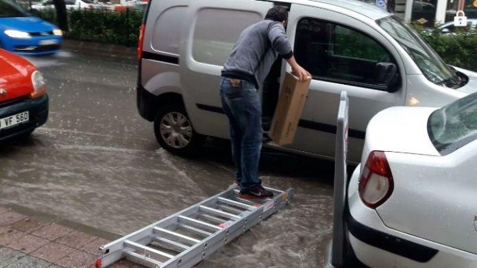 Sağanak Yağmur Hayatı Durma Noktasına Getirdi