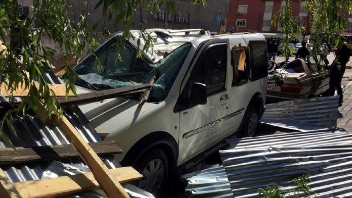 Kahramanmaraş'ta rüzgar çatıyı uçurdu: 1 yaralı