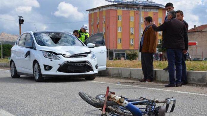 Ters şeritteki bisikletli otomobilin çarpmasıyla öldü