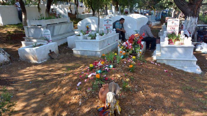 Asırlık hıdrellez geleneğini mezarlıkta yaşatıyorlar