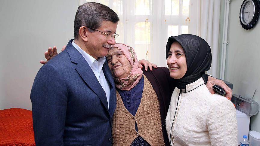Davutoğlu'ndan Anneler Günü'nde Huzurevi Ziyareti