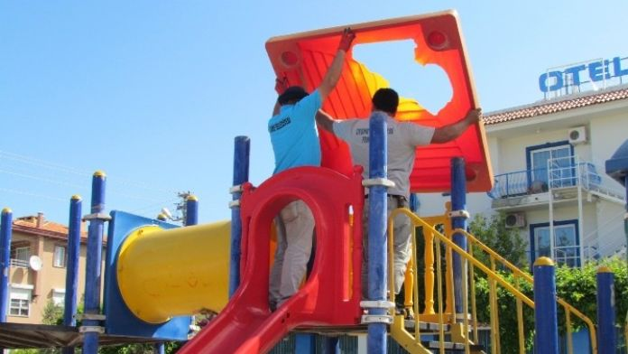 Çeşme'de Çocuk Oyun Parkları Yenileniyor