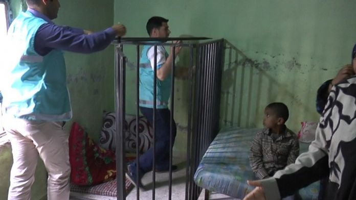 Engelli çocuğun konulduğu kafes söküldü