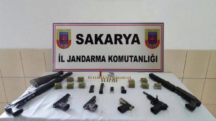 Emlakçıda 4 tabanca, 2 tüfek ele geçirildi