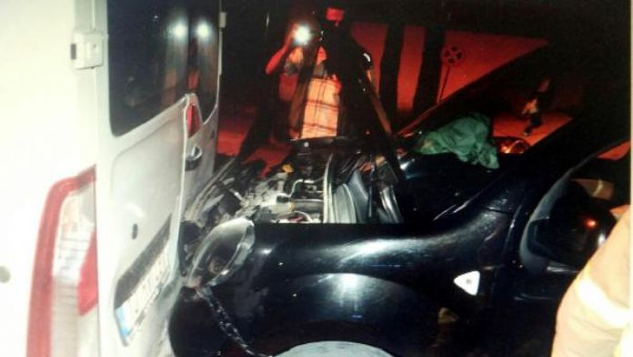 Alkollü sürücü emniyet önündeki polis minibüsüne çarptı
