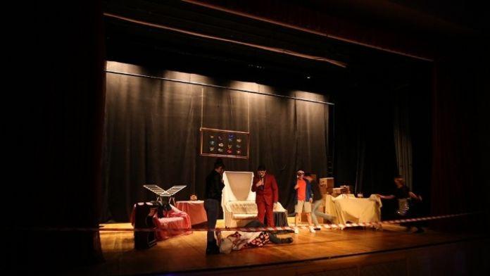 Genç Tiyatrocular 'Cimri'yi Sahneledi