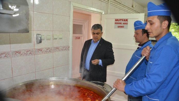 Ereğli Belediyesi Günlük Bin 500 Kişiye Sıcak Yemek Dağıtıyor