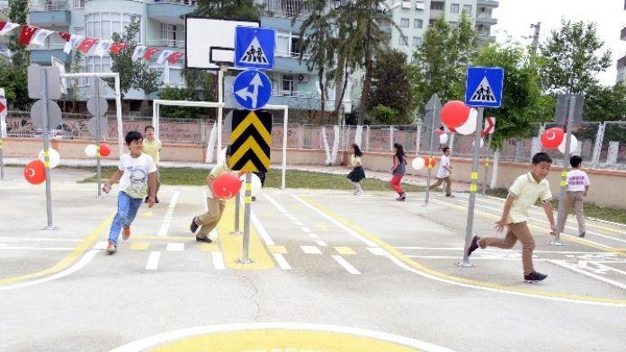 Büyükşehir'den Okul Bahçesine Trafik Parkı