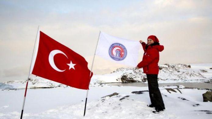 Üniversitenin bayrağını Antarktika'da dalgalandırdı