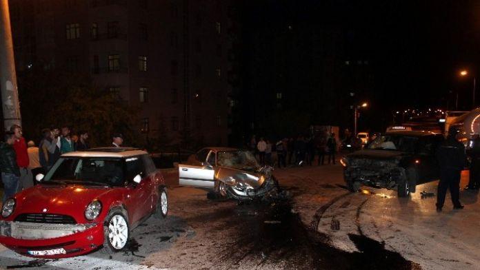 Konya'da Üç Araç Birbirine Girdi: İki Yaralı