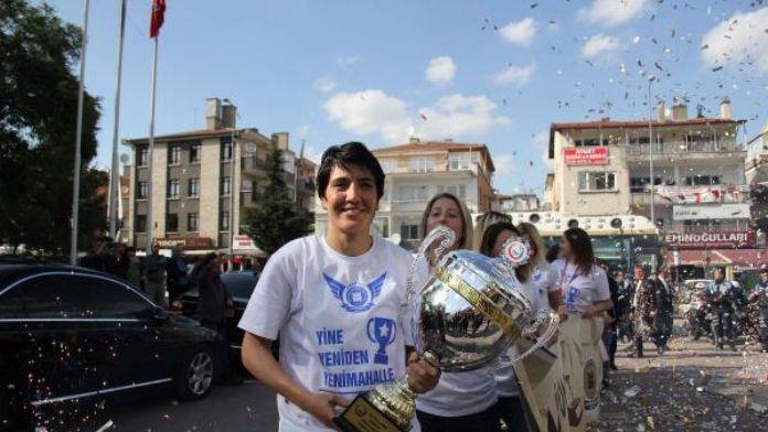 Yenimahalle Belediyespor Bayanlar Hentbol Takımı şampiyonluğu kutladı