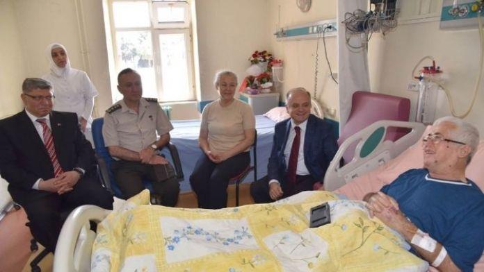 Vali Çakacak'tan Şehidin Hasta Babasına Koral Ziyareti